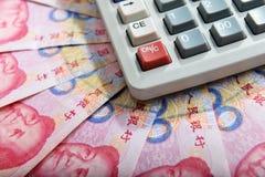 Китайские банкнота и калькулятор rmb денег Стоковое фото RF
