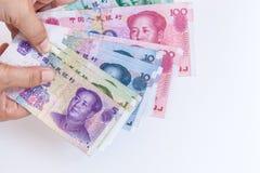 Китайские банкноты renminbi юаней в женской руке Стоковое Изображение