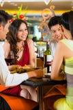 Китайские бизнесмены обедая в элегантном ресторане Стоковые Фотографии RF