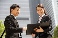 Китайские бизнесмен и коммерсантка Стоковое Изображение