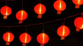 китайские бумажные фонарики 4K в ноче украшенные для китайского торжества Нового Года акции видеоматериалы