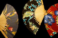 Китайские гавайские вентиляторы печати против черной предпосылки стоковые фото