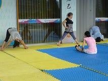 Китайские женщины в практикуя йоге Стоковое фото RF