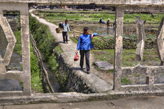 Китайские женщины на скалистом пути к работе на местах Стоковое Изображение