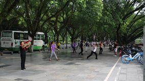 Китайские женщины танцуя публично акции видеоматериалы