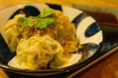 Китайские испаренные вареники с окуная соусом стоковые фото
