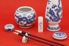 Китайские каллиграфия и картина с канцелярскими принадлежностями Стоковое Фото