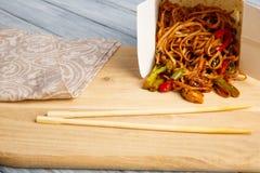 Китайские лапши в коробке на серой таблице Стоковое фото RF