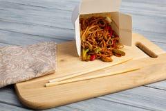 Китайские лапши в коробке на серой таблице Стоковые Изображения RF
