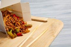 Китайские лапши в коробке на серой таблице Стоковая Фотография