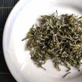 Китайские листья зеленого чая в малой плите Стоковые Фотографии RF