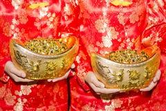 Китайские мальчики держа поддельное золото Стоковое Изображение