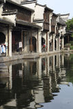 Китайские дома жилища местный-стиля построенные на крае реки стоковая фотография rf