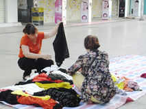 Китайские одежды покупки женщин на улице Стоковое Изображение