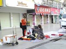 Китайские одежды покупки женщин на улице Стоковая Фотография