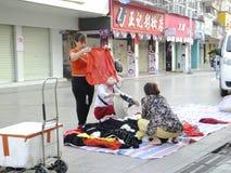 Китайские одежды покупки женщин на улице Стоковое Изображение RF