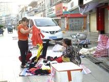 Китайские одежды покупки женщин на улице Стоковая Фотография RF