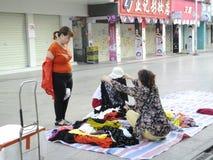 Китайские одежды покупки женщин на улице Стоковые Фотографии RF