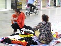 Китайские одежды покупки женщин на улице Стоковые Изображения