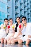 Китайские пары выпивая коктеили в баре бассейна гостиницы Стоковое Изображение RF