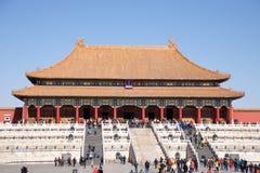 Китайские посетители и туристы идя перед Hall высшей сработанности в запретном городе в Пекине, Китае Стоковые Фото