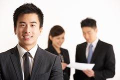 Китайские предприниматели обсуждая документ Стоковые Фотографии RF