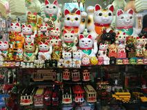Китайские развевая коты & другие fripperies в магазине Чайна-тауна Сан-Франциско Стоковое фото RF