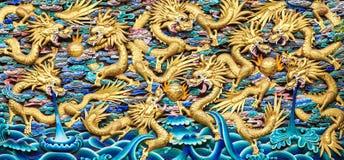 Китайские драконы, старая деревянная скульптура в китайском виске Стоковая Фотография