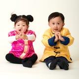 Китайские ребёнок и девушка в обмундировании Нового Года традиционного китайския Стоковое Изображение