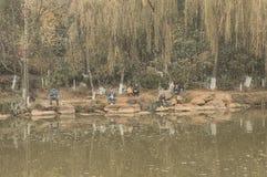 Китайские рыболовы на речном береге стоковая фотография rf