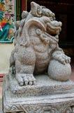 Китайские статуи льва в китайском виске Стоковая Фотография