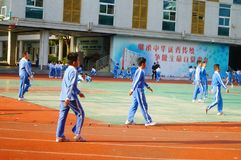 Китайские студенты начальной школы имеют уроки PE стоковое изображение rf