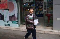 Китайские студенты в полдень по дороге домой от школы стоковые изображения