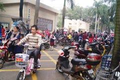 Китайские студенты в полдень по дороге домой от школы стоковая фотография