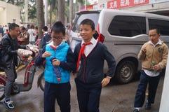 Китайские студенты в полдень по дороге домой от школы стоковое изображение