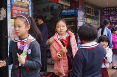 Китайские студенты в полдень по дороге домой от школы стоковая фотография rf