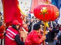 Китайские торжества Нового Года проходят парадом на Париже стоковое фото