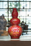 Китайские традиционные вазы на таблице Стоковые Изображения