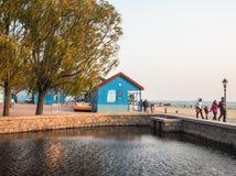 Китайские туристы на пляже номер два купая в Badaguan стоковое фото rf