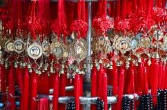 Китайские удачливые шармы в магазине Стоковое Фото