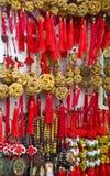 Китайские удачливые шармы в магазине Стоковые Фото