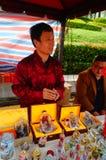 Китайские фольклорные художники продают бутылки понюшки ремесленничеств стоковое фото