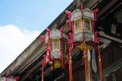 Китайские фонарики вися на крыше старого деревянного дома Стоковое фото RF