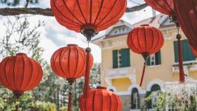 Китайские фонарики на конце-вверх дерева Культура Азии в Таиланде и Вьетнаме стоковые фото