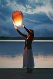 Китайские фонарик и молодая женщина неба на сумраке стоковые фотографии rf