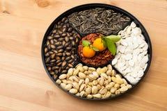 Китайские цитрусовые фрукты коробки и закуски Нового Года Стоковые Фотографии RF