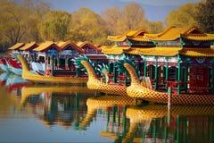 Китайские шлюпки на озере в запретном городе стоковые изображения rf