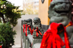 Китайские львы статуи перед входом Стоковая Фотография