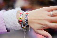 Китайские ювелирные изделия этнического меньшинства на руках женщины Стоковые Изображения RF