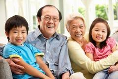 Китайские Grandparents с внучатами стоковое изображение